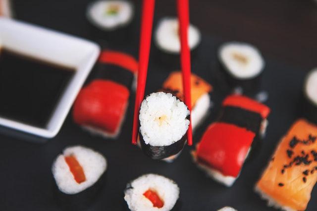 W jaki sposób powinno się jeść sushi?