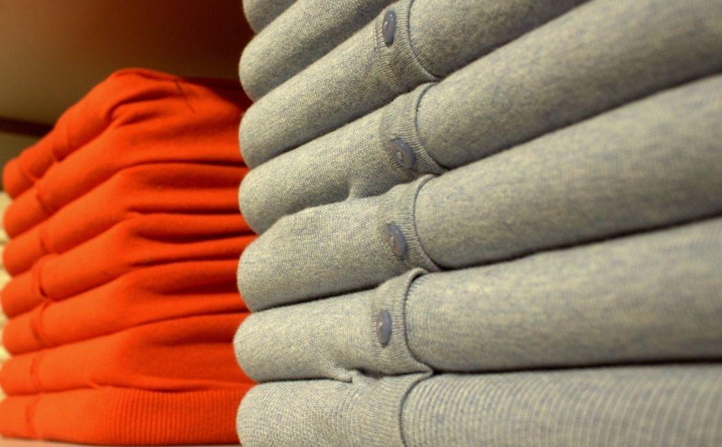 Sweter męski rozpinany - jaki wybrać i jak o niego dbać?